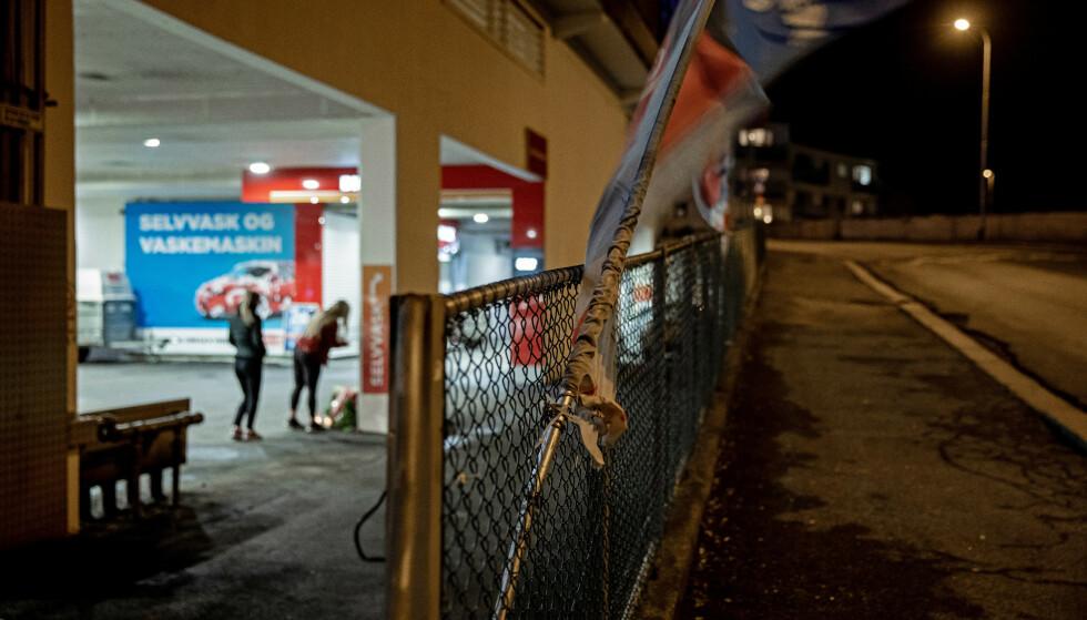 ÅSTED: Flere personer oppsøkte åstedet søndag kveld. Foto: Eivind Senneset