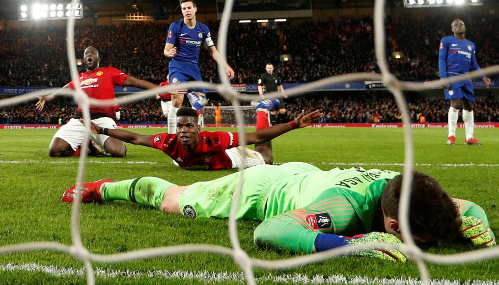 FULL JUBEL: Paul Pogba tidvis glitret mot Chelsea. Her feirer han 2-0-målet. Foto: Reuters/John Sibley