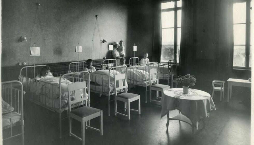 SOPHIES MINDE: Små barn lå på sykehus i lang tid, og de fikk sjelden besøk av foreldrene sine. Det har satt dype spor hos flere av pasientene. FOTO: Riksarkivet/RA/S-1703/2/E/Ec/L0249/ukjent fotograf