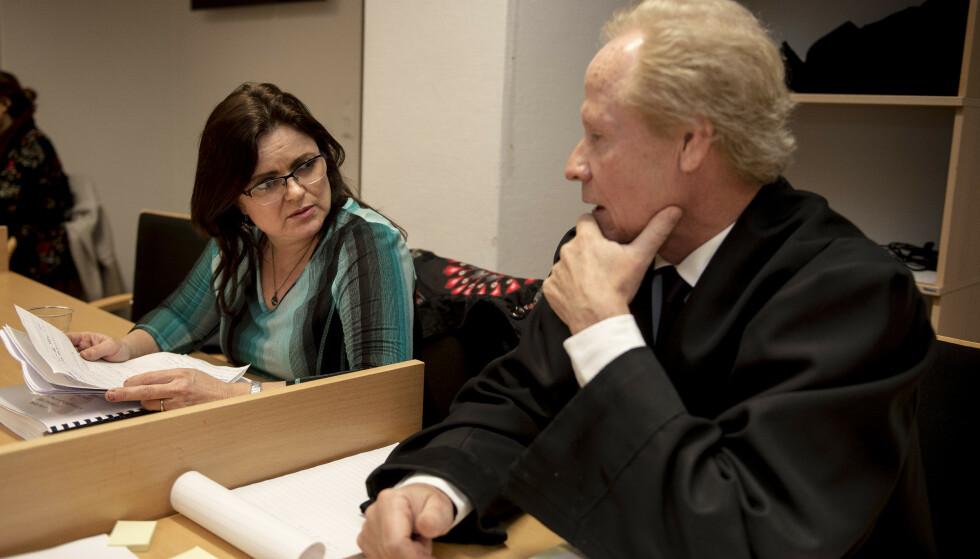 I RETTEN: Merete Hodne og hennes advokat Per Danielsen møtte i Gulating lagmannsrett i går. Saken fortsetter i dag. Foto: NTB scanpix