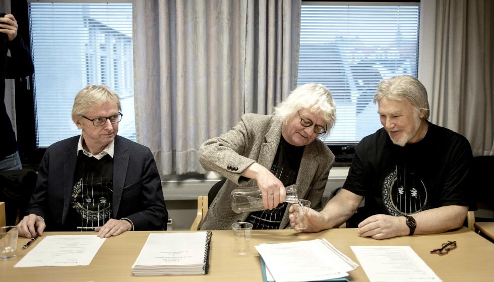 SAKSØKTE: Løgnaslaget, her representert ved Dag Schreiner og Per Inge Torkelsen, er saksøkt av Merete Hodne etter at de kalte henne «nazifrisør» i revyen sin «Løgnasevangeliet». Her fra rettssaken i 2017. Foto: NTB scanpix