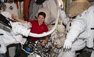 TRANGT: I tillegg til å leve isolert over lang tid på vei til Mars, vil det i tillegg være trangt om plassen. Astronauten Anne McClain er her avbildet ombord i den internasjonale romstasjonen ISS: Foto: Nasa.