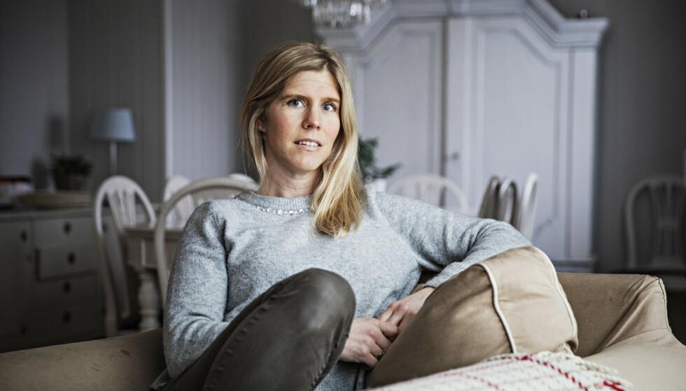 TERAPI MED ORD: Da moren til Kristiane M. Hansson døde, hadde hun ingen ord å sette på sorgen sin. Nå har hun fylt 270 boksider med setninger om sorg. Foto: Jørn H. Moen