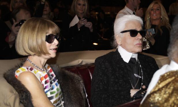 IKON: Karl Lagerfeld, her fotografert med Vogue-nestor Anna Wintour, døde tidlig tirsdag. Han ble muligens 85 år gammel. Foto: NTB scanpix