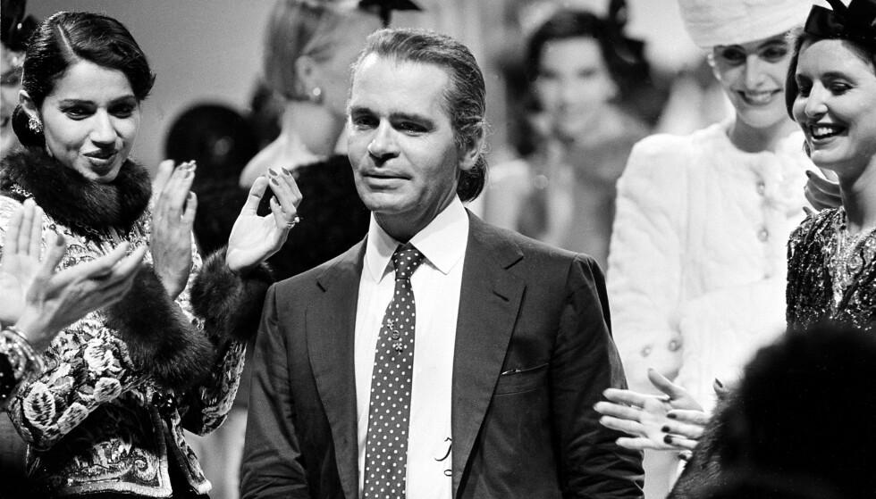 MYSTISK: Karl Lagerfeld hevder selv å være født i 1935, mens det i biografier står 1933. Talspersonene hans har hevdet 1938 som hans fødselsår tidligere. Hvor gammel ble egentlig legenden? Her fotografert i 1983 etter Chanel-visning. Foto: NTB scanpix