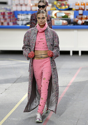 LAGERFELD-FAVORITT: Modell Cara Delevingne viser frem Chanels supermarkedkolleksjon. Foto: Jacques Brinon / AP / Scanpix