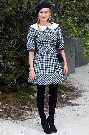 KLASSISKE ELEMENTER: Filmstjerne Diane Kruger i en av Lagerfelds Chanel-kreasjoner som tydelig benytter seg av motehusets tradisjonelle stil. Foto: Loic Venance / AFP / Scanpix.