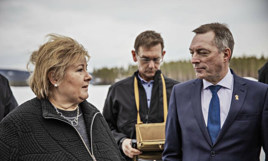 FORBANNA: Erna Solberg og forsvarsminister Frank Bakke-Jensen (H) fløy droner på Hønefoss i dag. Begge reagerer på tall om voldtekt og seksuell trakassering i Forsvaret. Foto: Jørn H. Moen / Dagbladet