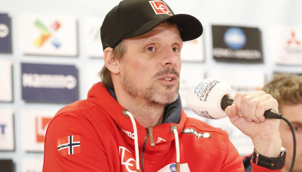 PÅ PLASS I VM: Landslagssjef Alexander Stöckl snakket på en pressekonferanse utenfor Seefeld tirsdag. Foto: Fredrik Hagen / NTB scanpix
