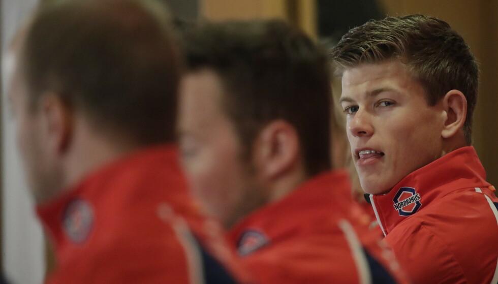 MÅ SE SEG OVER SKULDRA: Johannes Høsflot Klæbo er storfavoritt til VM-gullet i morgen. Foto: Bjørn Langsem