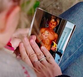 DEKKER TIL: Martine Lunde passer på at tv-seerne ikke får se lenge på kjærestens nakne kropp. Foto: TV 2