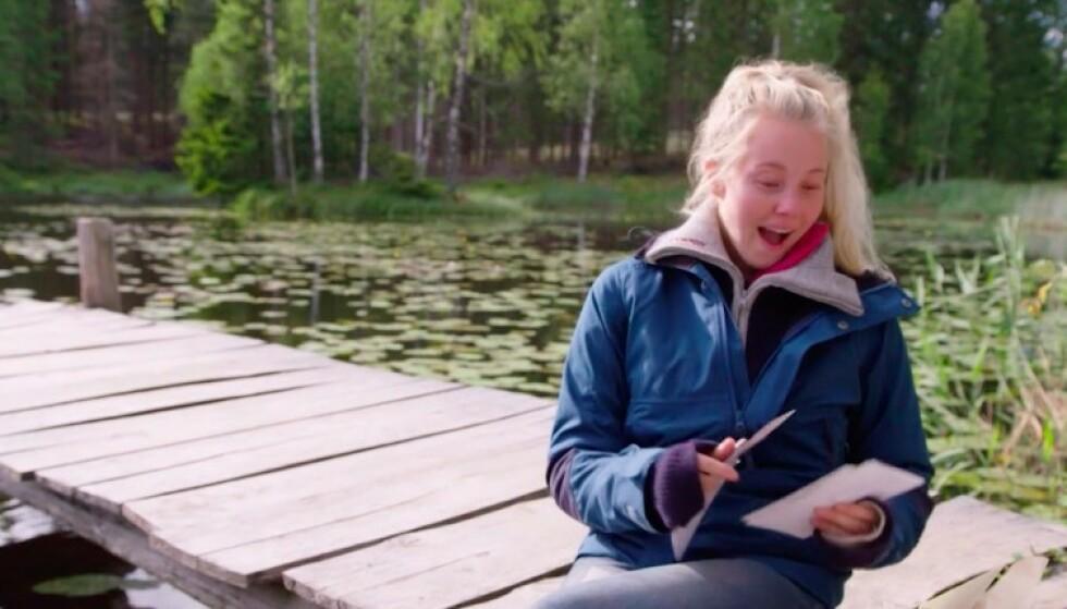 OVERRASKET: Martine Lundes reaksjon når hun oppdager kjærestens småfrekke hilsen. Foto: TV 2