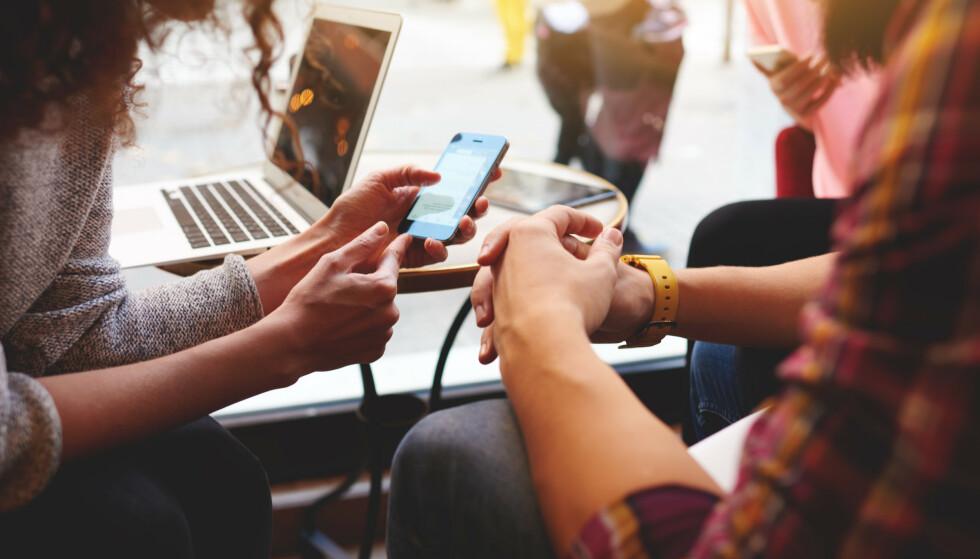 FÅR NYHETER VIA FACEBOOK: Når det kommer til presseetikk ligger Facebook i en journalistisk gråsone, skriver kronikkforfatteren. Foto: Shutterstock / NTB Scanpix