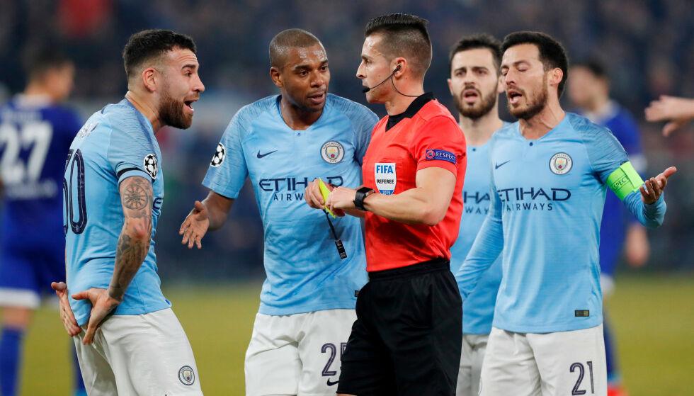 PROTEST: Manchester City-spillerne protesterer på en VAR-avgjørelse. Foto: NTB scanpix