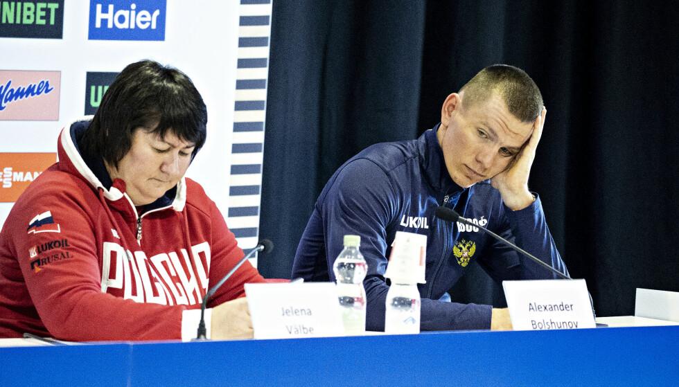 IKKE GREIT: Jelena Välbe og Alekandr Bolshunov sleit med humøret på den internasjonale pressekonferansen. Når det gjelder manglende åpenhet i IOC og FIS rundt utestengelsen av russiske skihelter i sist OL, har de grunn til det. FOTO: Bjørn Langsem, Dagbladet.