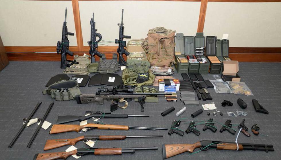 BESLAGLAGT: Myndighetene beslagla et stort våpenarsenal hos den siktede mannen. Foto: U.S. Attorney's Office Maryland / Handout via REUTERS / NTB scanpix