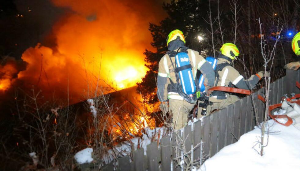 VOLDSOM: Brannen som brøt ut i en bilforretning i natt har vært voldsom. Brannmannskaper holder fortsatt på med slukkingsarbeidet. Foto: Vegard M. Aas / Presse30.no
