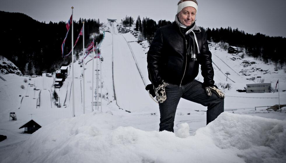 FORNØYD: Levi Henriksen har iført seg hvit ørevarmer, identisk som den idolet, stilhoppikonet Frithjof Prydz hadde som sitt varemerke. Foto: Bjørn Landsem
