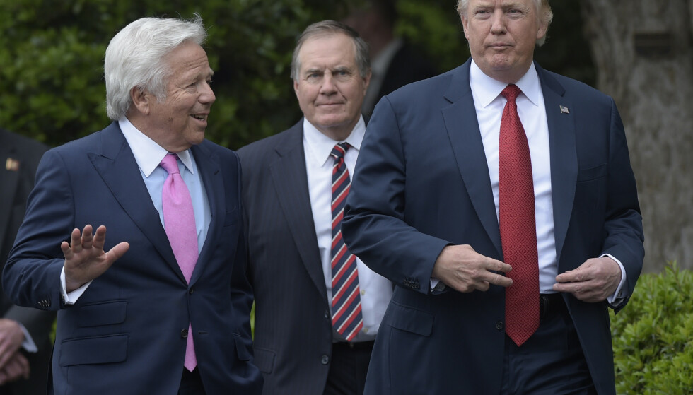 VENNER: New England Patriots-eieren Robert Kraft (t.v.) har jevnlig kontakt med USAs president, Donald Trump. Foto: AP Photo/Susan Walsh