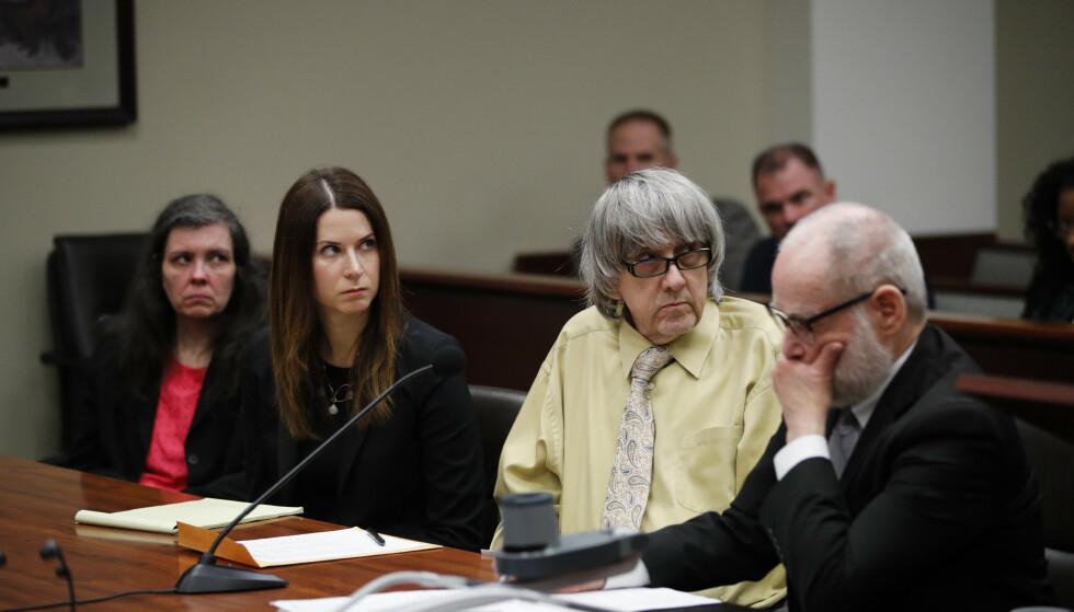 SKYLDIG: David (nummer to fra høyre) og Louise (t.v.) Turpin sier seg skyldig i groteske overgrep og tortur mot barna sine. Foto: AP Photo/Jae C. Hong, Pool