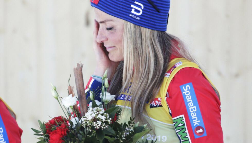 LANG VEI TILBAKE: Therese Johaug måtte tørke noen tårer da hun tok steget øverst på pallen lørdag. Foto: Bjørn Langsem/Dagbladet