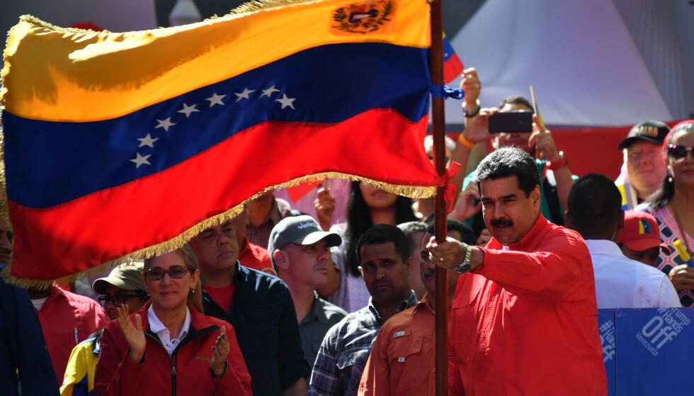 MARKERTE STØTTE: President Nicolás Maduro under en støttedemonstrasjon for hans eget styre i Venezuelas hovedstad Caracas lørdag. Foto: NTB Scanpix/Yuri Cortez/AFP