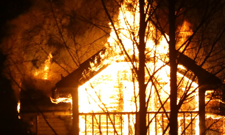 KRAFTIG BRANN: Et hus på Notodden. med sju beboere brant lørdag kveld. Foto: Vegard M. Aas / Presse30.no