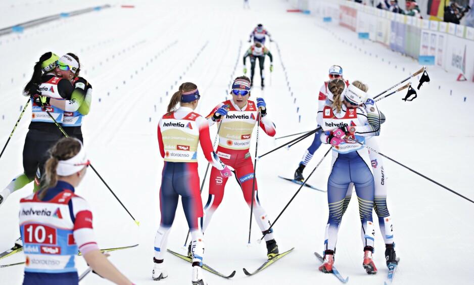 EKSTASE: Stina Nilsson og Maja Dahlqvist (til høyre) jublet for gullet. De noske jentene i midten. Foto: Bjørn Langsem