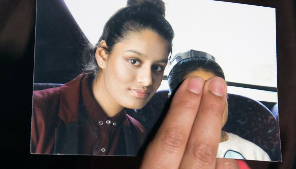 FØR AVREISE: Fotografi av Begum før hun reiste til IS i 2015. Det er søsteren hennes som holder bildet og dekker over lillesøsterens ansikt. Foto: NTB Scanpix