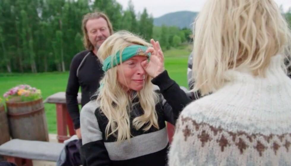 EMOSJONELL: Trude Mostue klarte ikke holde tårene tilbake da hun skulle ta farvel med Kathrine Sørland. Foto: TV 2