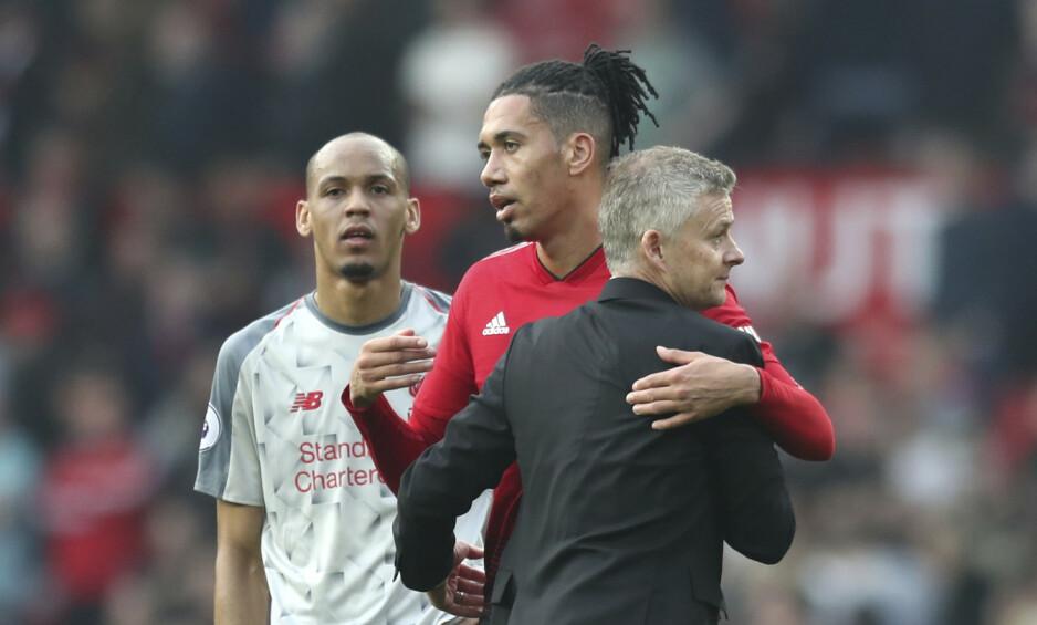 HOLDT UNNA: Chris Smalling og resten av United-forsvaret storspilte mot Liverpool. Foto: Jon Super / AP / NTB Scanpix