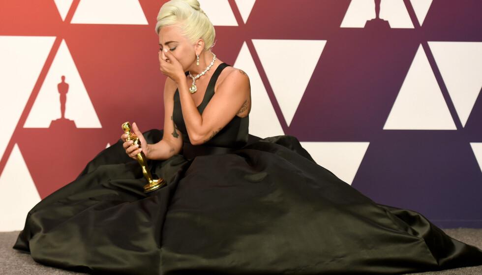 LEVER LIVET: Lady Gaga vant pris i natt. Samtidig kan hun nyte gaveposen hun har mottatt fullt ut, med god samvittighet. Foto: NTB scanpix