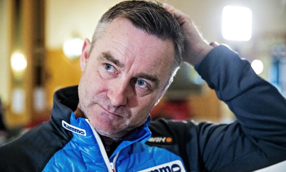 TØFT: Hoppernes sportssjef, Clas Brede Bråthen, har grunn til å klø seg i hodet etter VM-starten. Foto: Bjørn Langsem / Dagbladet