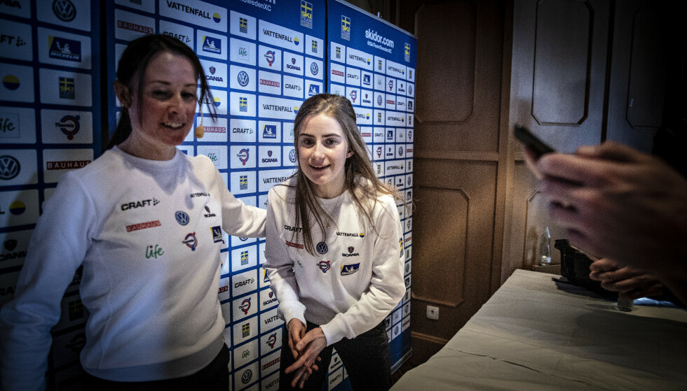 KAN IKKE SNAKKE: Ebba Andersson, her med kommunikasjonssjef Katarina Medveczky på pressekonferansen i forkant av VM, har ikke snakket med noen på flere dager. I morges fortalte hun det på et pressetreff i Seefeld, og holdt munn etter det. Foto: Bjørn Langsem / Dagbladet