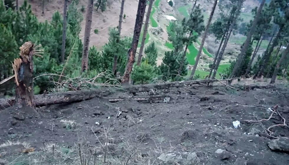SKADER: Dette bildet, sluppet av pakistanske myndigheter, viser skadene i skogområdene i Kashmir etter nattas bombeangrep. Pakistanske myndigheter hevder at ingen ble skadd i angrepet. Foto: AFP