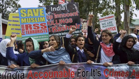 DEMNSTRERTE: Pakistanske studenter fra Kashmir demonstrerer i Muzaffarabad i Pakistan lørdag mot de indiske styrkenes drap på pakistanere i hjemregionen. Pakistans utenriksminister har bedt FNs sikkerhetsråd om å se på sikkerhetstrusselen India utgjør i kjølvannet av selvmordsbombingen der en pakistansk opprørsgruppe tok livet av 40 indiske soldater. Foto: M.D. Mughal / AP / NTB scanpix