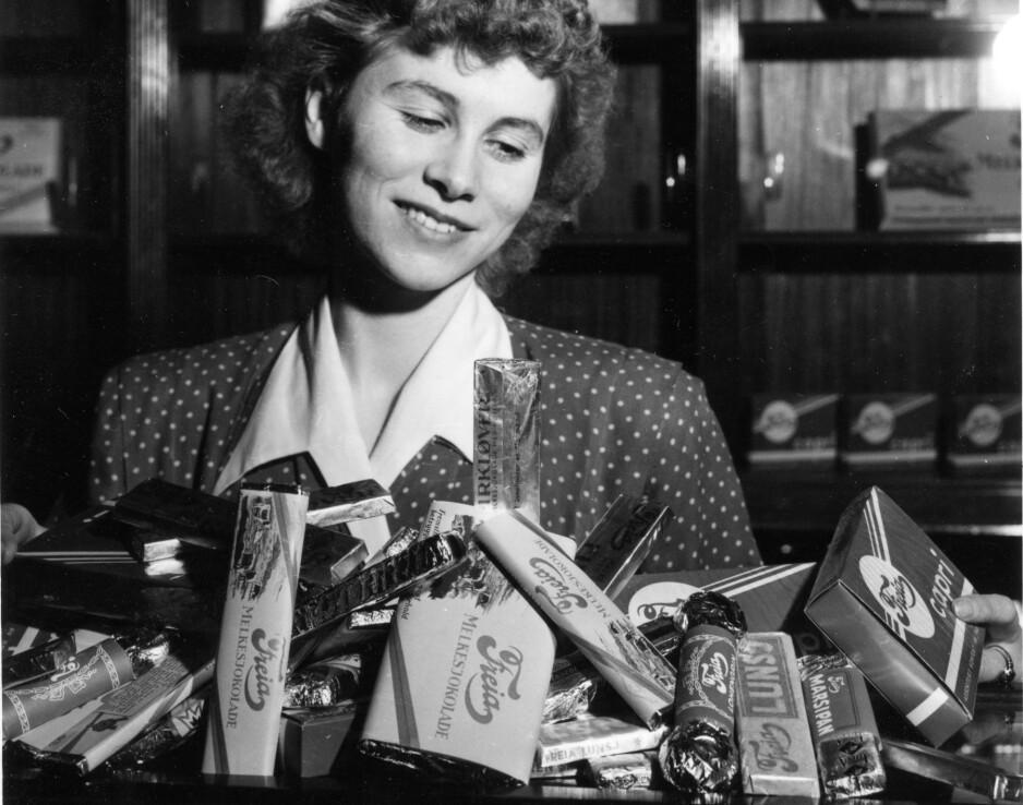 FRITT FRAM FOR SJOKOLADE: 28. april 1950 var sjokoladerasjoneringen etter andre verdenskrig over, og sjokoladebutikkene i Oslo kunne igjen tilby fristelser fra blant andre Freia. Nede til høyre i sølvpapir ligger klassikeren Lohengrin, som nå er truet. Foto: NTB Scanpix
