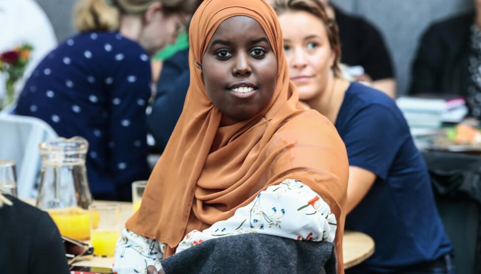 UTSATT FOR HETS: Sumaya Jirde Ali er en nettdebattant og en talsperson for minoritetsgrupper. Her leser hun fra boka «Melanin hvitere enn blekemiddel» under Aschehougs høstliste i Oslo i fjor høst. Foto: NTB scanpix