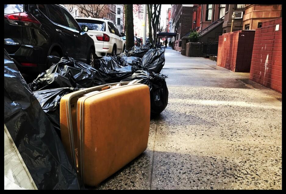GATEAMERIKAKOOFFERT: Dagene i New York slenger rundt sin egen akse, men etter et kaffe og noen linjer Pessoa, om blant annet hans amerikakoffert, snublet vi over denne som ventet på de evige reisemarker. Foto: Tom Stalsberg