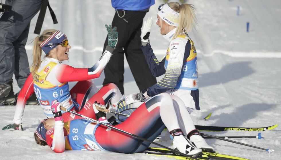 NÆRE PÅ: 19 år gamle Frida Karlsson ga Therese Johaug en skikkelig kamp under tirsdagens 10-kilometer. Foto: Bjørn Langsem