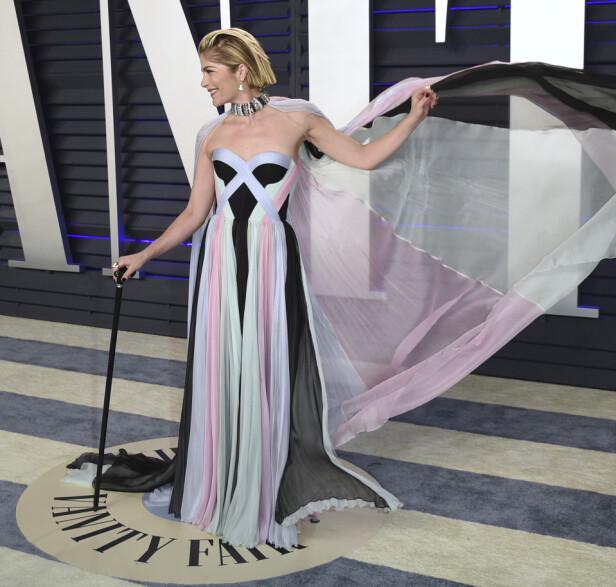 SKINNER: Blair lot ikke sykdommen stoppe henne fra å kose seg på Oscar-fest natt til mandag. Med seg hadde hun en spesiallaget stokk, med nok av bling på. Foto: NTB Scanpix