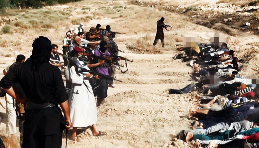 KRIGSFORBRYTELSER: Bildet er hentet fra en video der Den islamske stat viser massehenrettelser av irakere iført sivile klær. Foto: NTB Scanpix