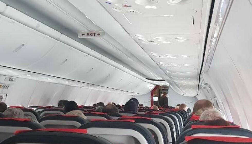 PÅ BAKKEN: Et Norwegian-fly fra Oslo til Alta ble onsdag utsatt for en bombetrussel. Passasjerene om bord ble holdt i flyet over en time etter landing. Foto: Privat