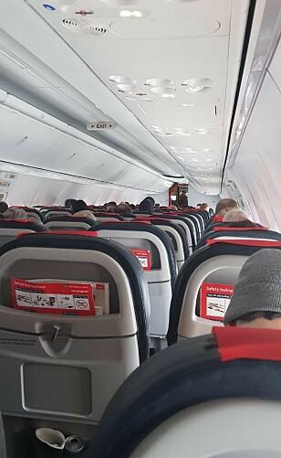 PÅ INNSIDEN: Passasjerene har sittet i flyet i over en time etter landing. - Det er ikke veldig beroligende, sier en passasjer.. Foto: Privat