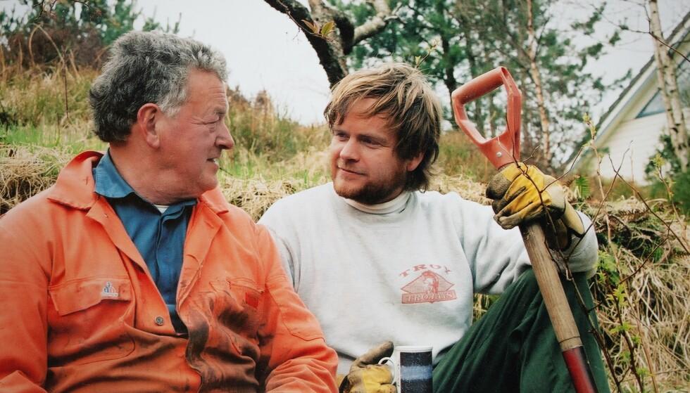 FAR OG SØNN: Journalist og forfatter Kjartan Brügger Bjånesøy med sin far våren 2002. Bildet ble tatt av mora som ville forevige at sønnen en sjelden gang hjalp til i hagen. Foto: Privat