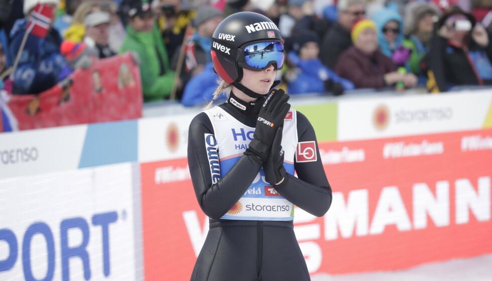 SPENNING: Det var stor spenning nede på sletta etter Lundbys hopp. Hun vant med minimal margin. Foto: Bjørn Langsem