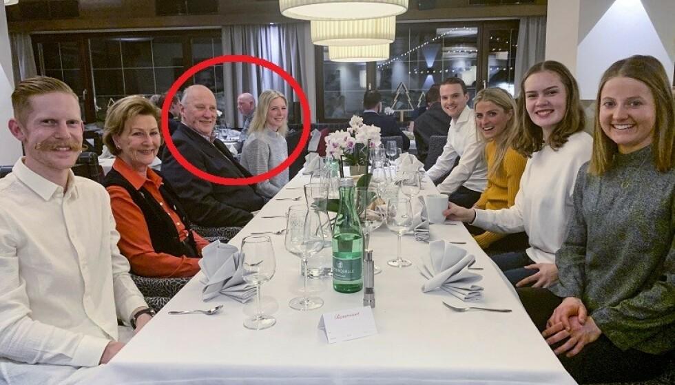 MAGISK AFTEN: Maren Lundby fikk plass til venstre for kong Harald. Rundt bordet med kongen og dronningen satt også hoppkollega Robert Johansson (t.v.), kombinertløper Jørgen Graabak, langrennsløper Therese Johaug, lagvenninne Anna Odine Strøm og langrennsløper Ingvild Flugstad Østberg. Foto: Claes-Tommy Herland / Norges Skiforbund / NTB scanpix