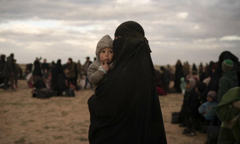IKKE KOM HJEM: En kvinne og et lite barn er på vent i en oppsamlingsleir i det nordlige Syria etter å ha blitt evakuert fra et av de siste IS-kontrollerte områdene. Over 4700 kvinner forlot fra 2014 og årene framover egne hjemland for å leve under IS-styre i Syria og Irak. Nå er kalifatet i ruiner. Mange vil hjem, men er uønsket av mange regjeringer. Foto: NTB Scanpix