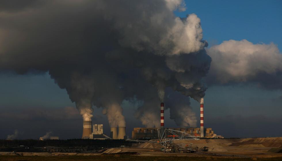 STØRSTE I EUROPA: Ein av dei viktigaste tinga me kan gjere, er å erstatte kol, olje- og gasskraft med sol- og vindkraft. Då treng me kraftutveksling, skriv innsendaren. Bildet er fra et av Europas største kullkraftverk, Belchatow ved Lodz i sentrale Polen 28. november. Foto: kacper Pempel / Reuters / NTB Scanpix