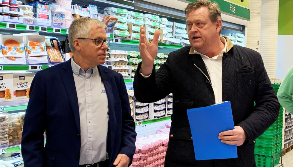PRINSIPPFAST: Kiwi-sjef Jan Paul Bjørkøy og fiskeriminister Harald Tom Nesvik er ikke enige om hvordan man skal få ned prisen på fisk er i landet. Foto: Christopher Sjuve